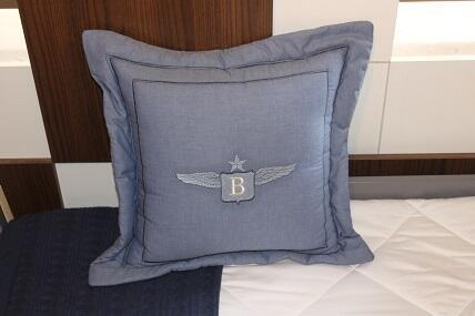 Almofada com abas bordada Qmama - Bruno Colle