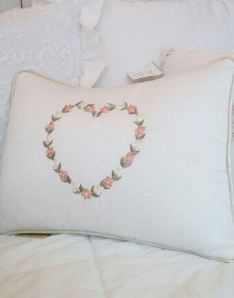 Almofada bordado coração florido Fau