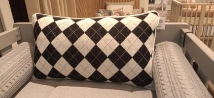 Almofada cabeceira berço tricot escocês preto FAU