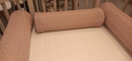 Rolinho peseira de berço tricot trança rose FAU