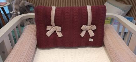 Almofada cabeceira berço trico rose laço bordoFAU