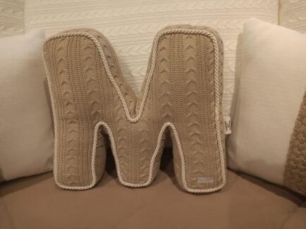 Almofada em formato de letra medio trico Fau