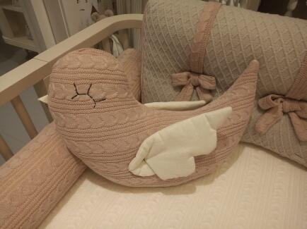 Almofada formato passarinho tricot trança rose FAU