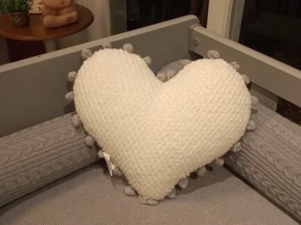 Almofada coração tecido pipoca branco c/ grelo FAU